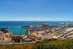 Barcelona Ansicht des Seehafens und der Verladedocks am Seehafen mit Kränen und mehrfarbigen Frachtbehältern stockfotos