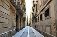 BARCELONA-AUGUST 13: Smal gata i den gotiska fjärdedelen av Barcelona. Arkivbild