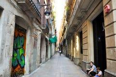 BARCELONA-AUGUST 13: Smal gata i den gotiska fjärdedelen av Barcelona. Den gotiska fjärdedelen är mitten av den gamla staden av Ba Arkivbilder