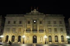 BARCELONA-AUGUST 13: Sts James fyrkant och slott av Generalitaten på natten. Royaltyfri Bild