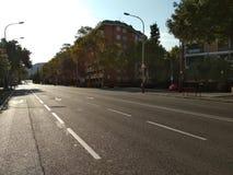 Barcelona 18 Augusti 2017: Via Augusta på sommar med ingen trafik arkivfoton
