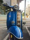 Barcelona, AV przekątna, Kwiecień 2016: błękitny retro rocznik hulajnoga Vespa Fotografia Royalty Free
