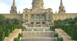 BARCELONA, CATALONIË - JULI VIJFTIENDE 2017: Nationaal kunstmuseum met fontein en de toeristenzomer stock video