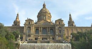BARCELONA, CATALONIË - JULI VIJFTIENDE 2017: Nationaal kunstmuseum met fontein en de toeristenzomer stock videobeelden