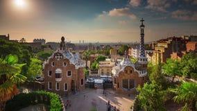 BARCELONA, CATALONIË - JULI ZESENTWINTIGSTE 2017: De architectuur van Guel Gaudi van het Timelapsepark van boven zonnige dag stock video