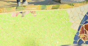 BARCELONA, CATALONIË - JULI ZESENTWINTIGSTE 2017: Mening van Guell-de stads kleurrijke zonnige dag van parkbarcelona stock video