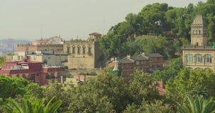 BARCELONA, CATALONIË - JULI ZESENTWINTIGSTE 2017: Mening van Guell-de stads kleurrijke zonnige dag van parkbarcelona stock footage