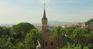 BARCELONA, CATALONIË - JULI ZESENTWINTIGSTE 2017: Mening van Guell-de stads kleurrijke zonnige dag van parkbarcelona stock videobeelden