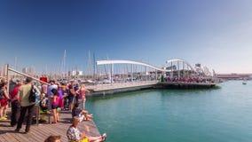 BARCELONA, CATALONIË - JULI ZESENTWINTIGSTE 2017: timelapse schipzeilen door de ophaalbrughaven Barcelonetta stock video