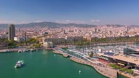 BARCELONA, CATALONIË - JULI ZESENTWINTIGSTE 2017: timelapse van haven Barcelonetta van hierboven stock video