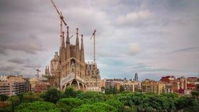 BARCELONA, CATALONIË - JULI ZESENTWINTIGSTE 2017: Timelapse van Sagrada de architectuurstraten van familiagaudi stock video