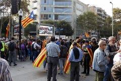 Barcelona, Catalonië, Spanje, 27 Oktober, 2017: de mensen vieren stem om onafhankelijkheid van Catalunya dichtbij Parc Ciutadella stock afbeelding