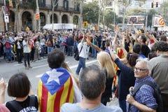 Barcelona, Catalonië, Spanje, 27 Oktober, 2017: de mensen vieren stem om onafhankelijkheid van Catalunya dichtbij Parc Ciutadella stock foto