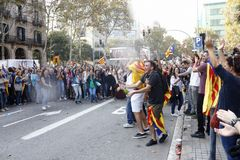 Barcelona, Catalonië, Spanje, 27 Oktober, 2017: de mensen vieren stem om onafhankelijkheid van Catalunya dichtbij Parc Ciutadella royalty-vrije stock afbeeldingen