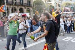 Barcelona, Catalonië, Spanje, 27 Oktober, 2017: de mensen vieren stem om onafhankelijkheid van Catalunya dichtbij Parc Ciutadella stock afbeeldingen