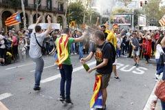 Barcelona, Catalonië, Spanje, 27 Oktober, 2017: de mensen vieren stem om onafhankelijkheid van Catalunya dichtbij Parc Ciutadella stock foto's