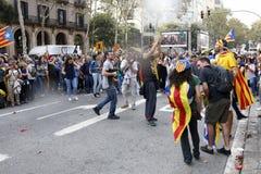 Barcelona, Catalonië, Spanje, 27 Oktober, 2017: de mensen vieren stem om onafhankelijkheid van Catalunya dichtbij Parc Ciutadella royalty-vrije stock foto's