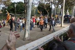 Barcelona, Catalonië, Spanje, 27 Oktober, 2017: de mensen vieren stem om onafhankelijkheid van Catalunya dichtbij Parc Ciutadella stock fotografie