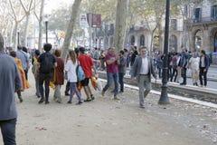 Barcelona, Catalonië, Spanje, 27 Oktober, 2017: de mensen vieren stem om onafhankelijkheid van Catalunya dichtbij Parc Ciutadella royalty-vrije stock foto