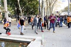 Barcelona, Catalonia, Espanha, o 27 de outubro de 2017: o pessoa comemora o voto para declarar a independência de Catalunya perto Fotografia de Stock Royalty Free