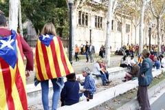 Barcelona, Catalonia, Espanha, o 27 de outubro de 2017: o pessoa comemora o voto para declarar a independência de Catalunya perto Foto de Stock Royalty Free