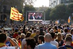 Barcelona, Catalonia, Espanha, o 27 de outubro de 2017: o pessoa comemora o voto para declarar a independência de Catalunya perto fotos de stock