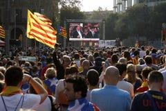 Barcelona, Catalonia, Espanha, o 27 de outubro de 2017: o pessoa comemora o voto para declarar a independência de Catalunya perto Imagens de Stock