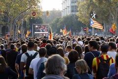 Barcelona, Catalonia, Espanha, o 27 de outubro de 2017: o pessoa comemora o voto para declarar a independência de Catalunya perto Imagem de Stock