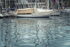 BARCELONA, CATALONIA HISZPANIA, PAŹDZIERNIK, - 10, 2016 Jachty w porcie V Zdjęcia Stock