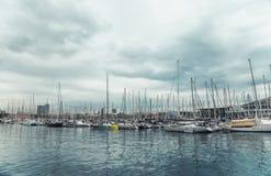BARCELONA, CATALONIA HISZPANIA, PAŹDZIERNIK, - 10, 2016 Jachty w porcie V Zdjęcia Royalty Free