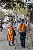 Barcelona Catalonia, Spanien, Oktober 27, 2017: folket firar röstar för att förklara självständighet av Catalunya nära Parc Ciuta royaltyfria bilder