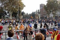 Barcelona Catalonia, Spanien, Oktober 27, 2017: folket firar röstar för att förklara självständighet av Catalunya nära Parc Ciuta arkivfoton
