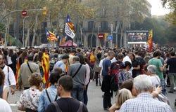 Barcelona Catalonia, Spanien, Oktober 27, 2017: folket firar röstar för att förklara självständighet av Catalunya nära Parc Ciuta arkivfoto