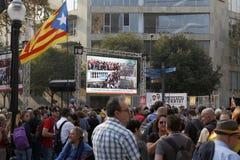 Barcelona Catalonia, Spanien, Oktober 27, 2017: folket firar röstar för att förklara självständighet av Catalunya nära Parc Ciuta royaltyfri fotografi