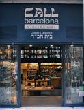 BARCELONA CATALONIA SPANIEN - SEPTEMBER 2016: AppellBarcelona shoppar den lilla familjen av böcker, vin och souvenir i gammal sta Fotografering för Bildbyråer