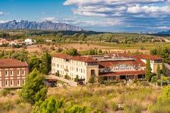 BARCELONA CATALONIA, SPANIEN - SEPTEMBER 11, 2017: Sikt av byggnaden i dalen av bergen av Montserrat Arkivbilder