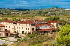 BARCELONA CATALONIA, SPANIEN - SEPTEMBER 11, 2017: Sikt av byggnaden i dalen av bergen av Montserrat Royaltyfria Bilder