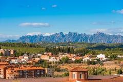BARCELONA CATALONIA, SPANIEN - SEPTEMBER 11, 2017: Sikt av byggnaden i dalen av bergen av Montserrat Fotografering för Bildbyråer