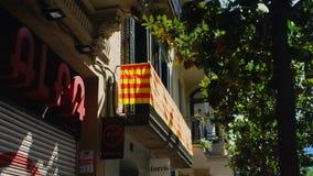 BARCELONA CATALONIA, SPANIEN - September 11th 2017 - ett Senyera baner är fördelade över en balkong arkivfilmer