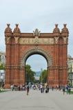 BARCELONA CATALONIA SPANIEN - SEPTEMBER 2016: turister nära triumferar bågen, Båge de Triomf Arkivfoton