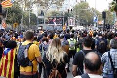 Barcelona, Cataluña, España, el 27 de octubre de 2017: la gente celebra voto para declarar la independencia de Catalunya cerca de Foto de archivo libre de regalías