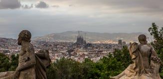 Barcelona cityscape i Spanien, med Sagradaen Familia i iddlen arkivfoto