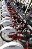 barcelona cyklar parkering Arkivfoton