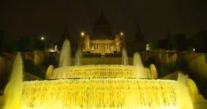BARCELONA - 13 DE MAYO 2017: La fuente mágica de Montjuc debajo del palacio nacional en la noche almacen de video
