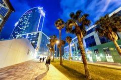 BARCELONA - 10 DE MAYO DE 2018: Opinión de la noche de la zona portuaria de Barceloneta B imagen de archivo