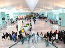 BARCELONA - December 10: Hall av den nya flygplatsen av Barcelona Arkivfoton