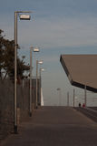 BARCELONA EL MIRALL DELS ENCANTS, januari 2016 gata med moderna ljusa lyktor Arkivbilder