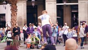 BARCELONA, ESPAÑA - ABRIL, 16, 2017 Acróbata de la cuerda tirante que se realiza en la calle Equilibrio en una correa de ocsilaci metrajes