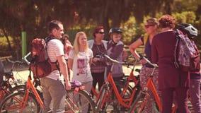 BARCELONA, ESPAÑA - ABRIL, 15, 2017 Gente joven con las bicicletas que cuelgan hacia fuera vídeo 4K almacen de metraje de vídeo