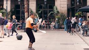 BARCELONA, ESPAÑA - ABRIL, 16, 2017 Juglar maduro que se realiza en la calle clip del steadicam 4K almacen de video
